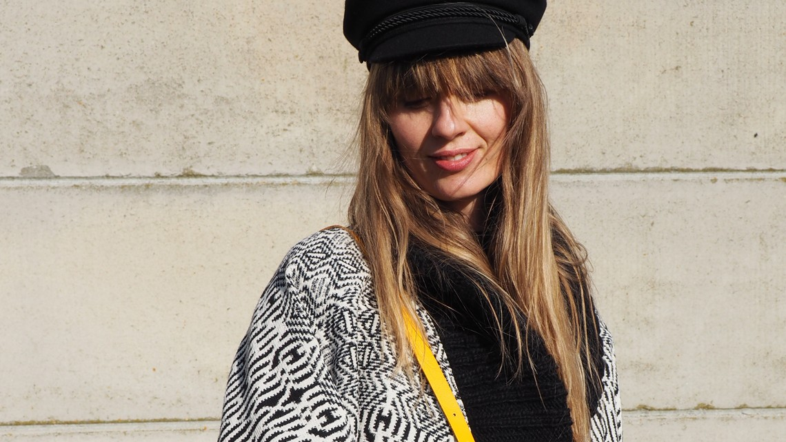 Nachgestyled: Carlotta Oddi Look 3 – knallgelbe Tasche trifft auf Schwarz-Weiß und Denim