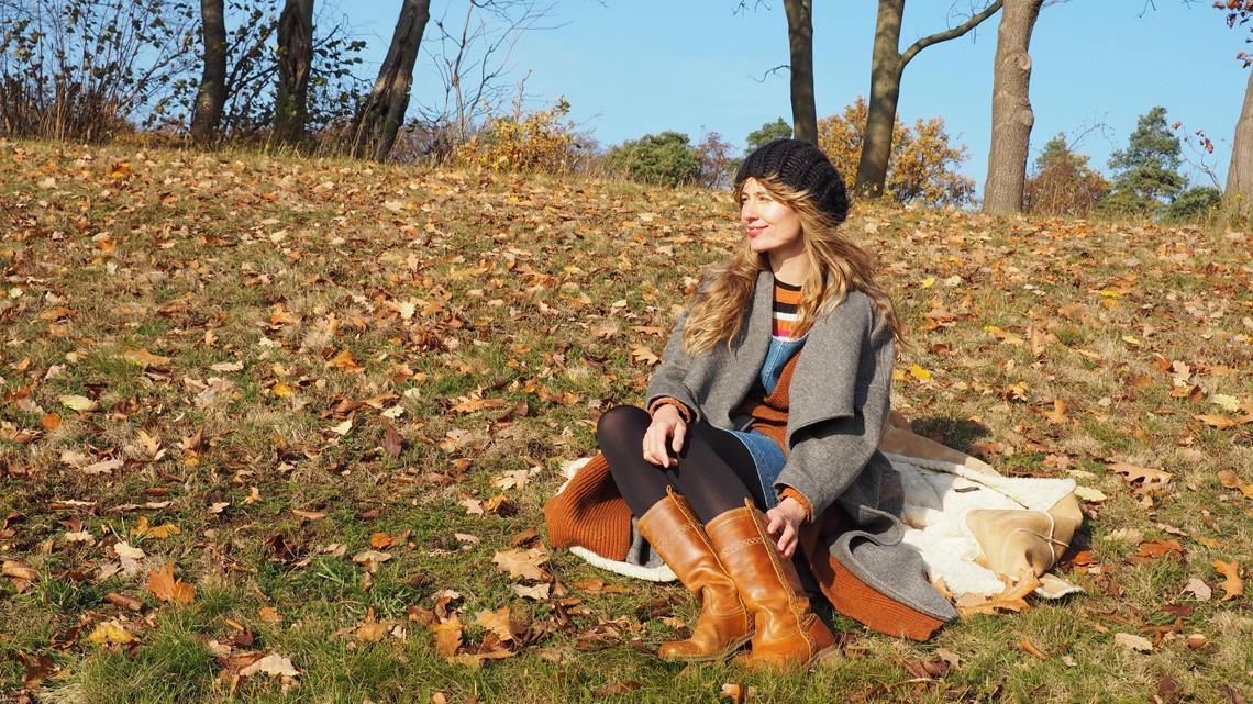 Outfit: Layering mit Jeanskleid und Longweste