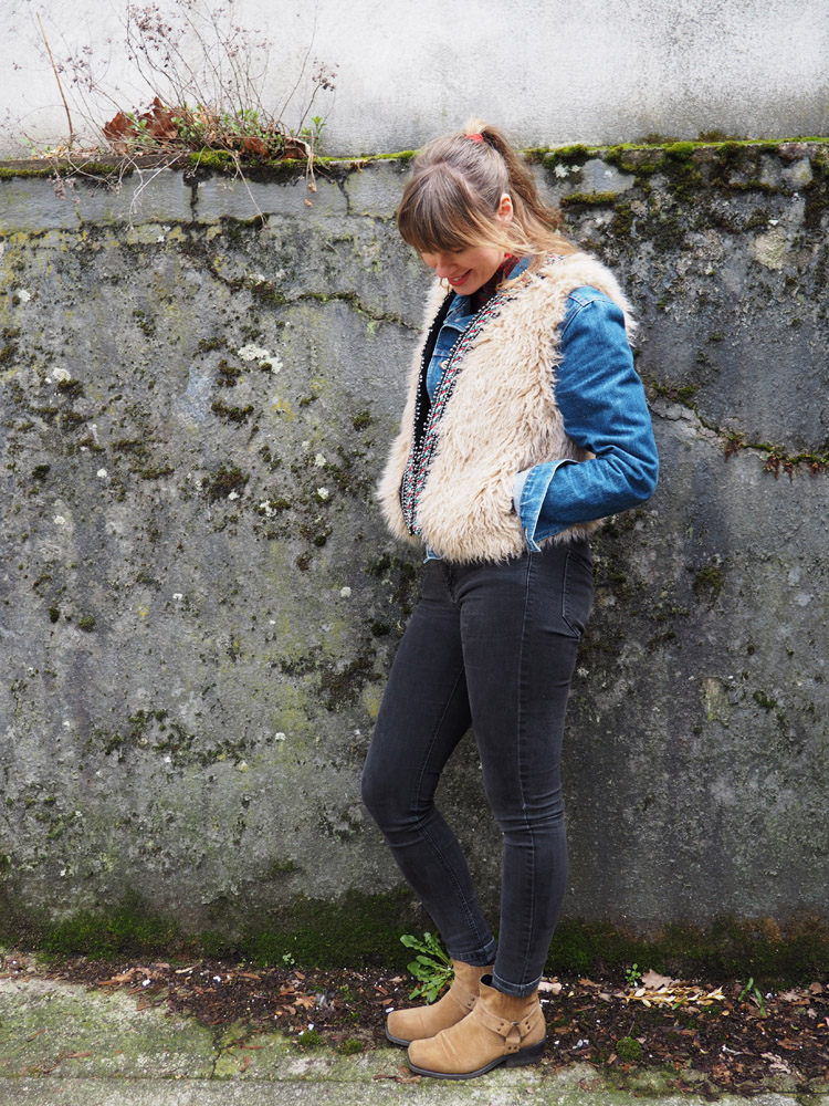 Fellweste ZARA_Jeansjacke Boxer_Skinny H&M_Boots Vagabond_golden cage2
