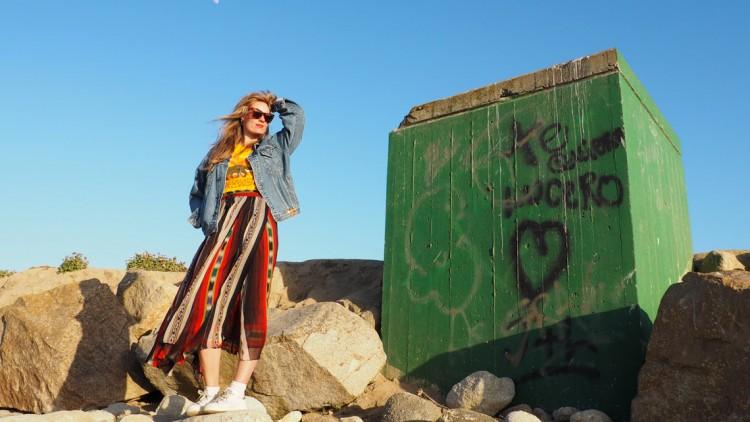 Warum in Kalifornien nicht alles toll ist plus ein Outfit mit bestickter Jeansjacke und Maxirock