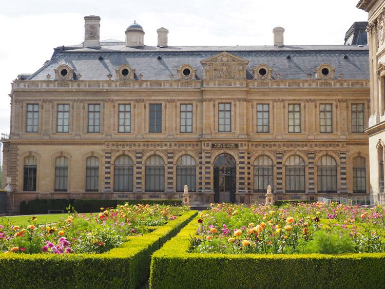 Paris_Rosengarten_Louvre_golden cage_Mädelstrip