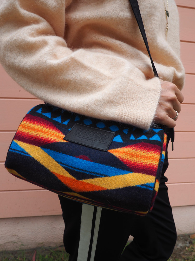 Trackpants Style_Reiseoutfit_Tasche Ikat Pendleton_golden cage_7