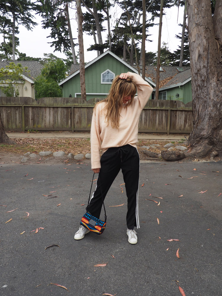 Trackpants Style_Reiseoutfit_Jogginghose zu Strickpulli_golden cage